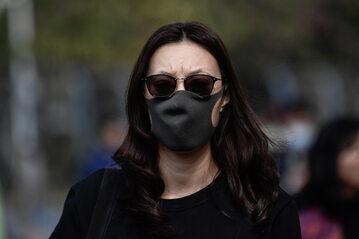 Mieszkanka Chin w masce ochronnej
