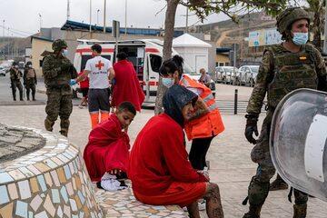 Migranci, którzy przybyli do Ceuty 19 maja 2021 r.
