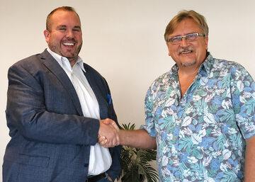 Mike Coffey, CEO DTT i Leszek James, CEO EZUniverse