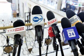 Mikrofony TVP Info, TVN24 i Polsat News (zdjęcie ilustracyjne)