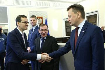Ministrowie Błaszczak i Kamiński na posiedzeniu rządu