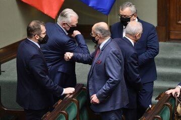 Ministrowie Zbigniew Rau i Jarosław Gowin podczas powitania w sejmowej ławie