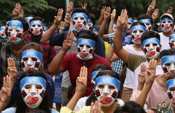 Mjanma (Birma). Ludzie w maskach protestują przeciwko wojskowej juncie