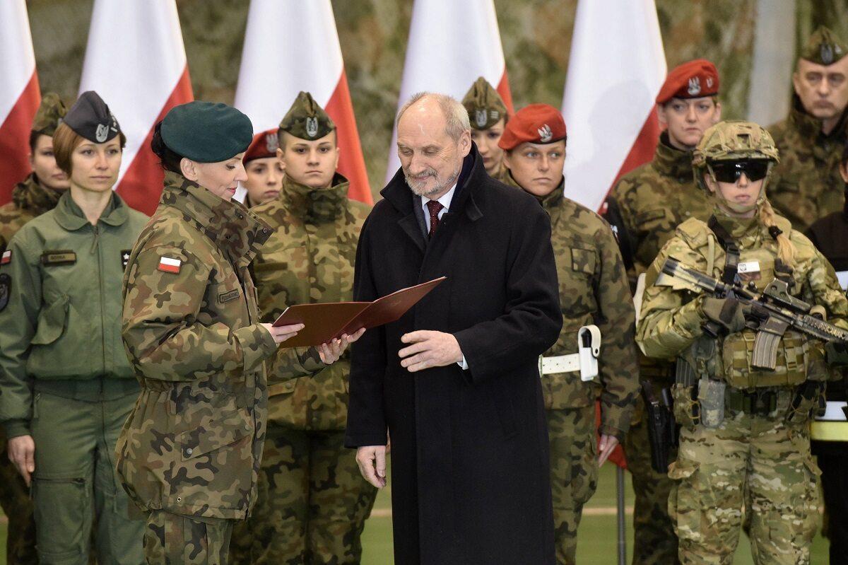 Mjr Anna Pęzioł-Wójtowicz, Antoni Macierewicz