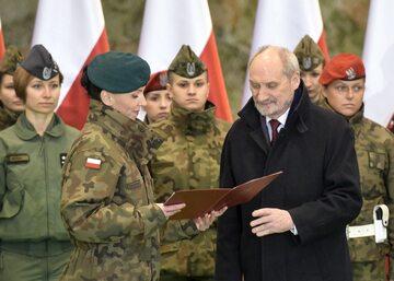 Mjr Anna Pęzioł-Wójtowicz i szef MON Antoni Macierewicz