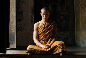 Mnich podczas medytacji, zdjęcie ilustracyjne
