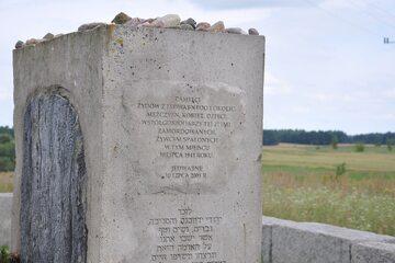 Mogiła-pomnik, na cmentarzu żydowskim w Jedwabnem