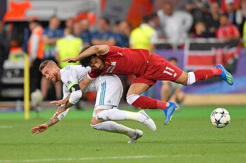Moment tuż przed upadkiem. Sergio Ramos i Mohamed Salah