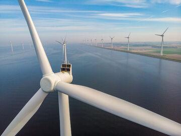 Morska farma wiatrowa, zdjęcie ilustracyjne