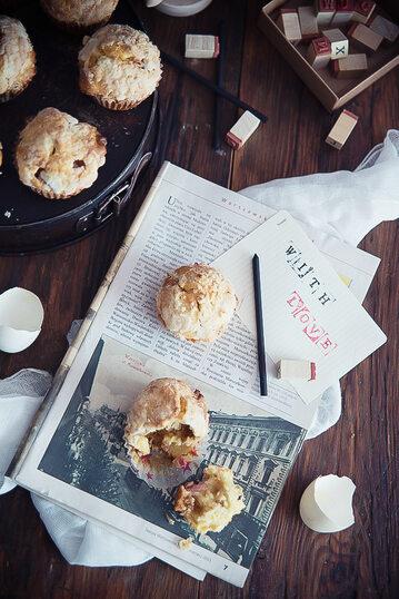 Muffinki z rabarbarem i chałwą pod kruszonką