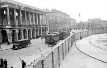 Mur getta dzielący plac Żelaznej Bramy