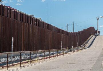 Mur na przejściu granicznym, zdjęcie ilustracyjne