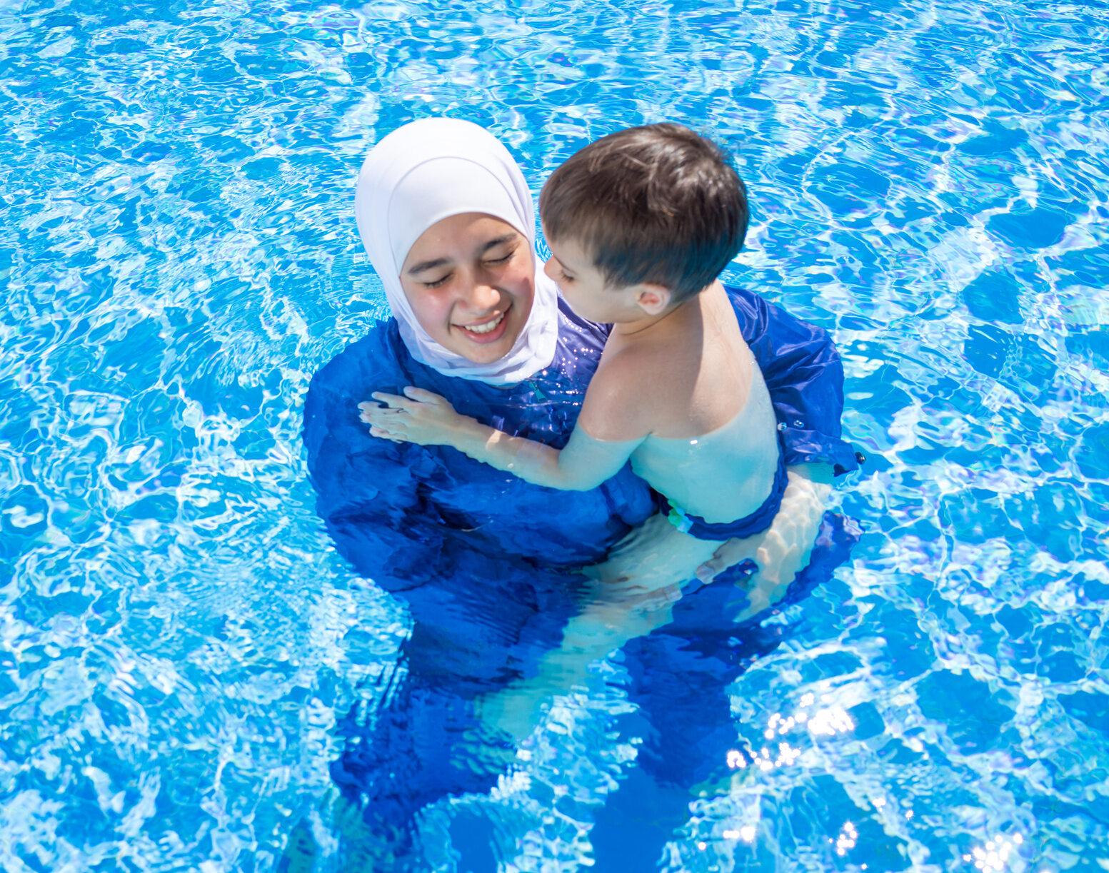 Muzułmanka na basenie, zdjęcie ilustracyjne