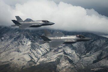Myśliwce F-35 w locie, zdjęcie ilustracyjne