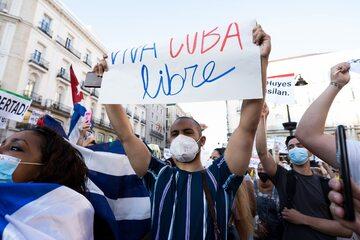 Na zdjęciu: Demonstracja przed ambasadą kubańską w Madrycie