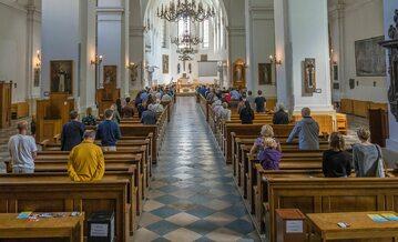 Nabożeństwo w kościele, zdj. ilustracyjne
