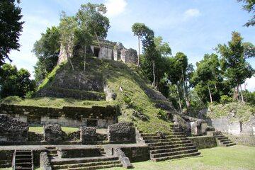 Nakum - starożytne miasto Majów. Na zdjęciu świątynia