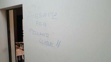 Napisy na  ścianie mieszkania  Diego Audero Bottero