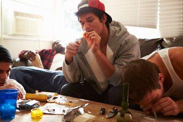 Narkotyki, młodzi ludzie, zdj. ilustracyjne