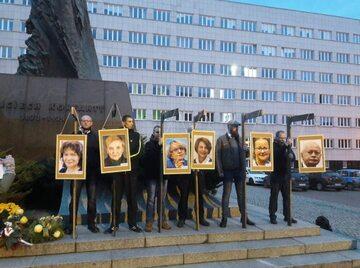 Narodowcy powiesili zdjęcia polityków PO na szubienicach