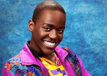 "Ncuti Gatwa jako Eric Effiong w serialu ""Sex Education"""