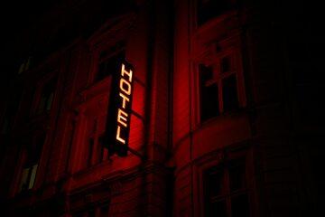 Neon na hotelu