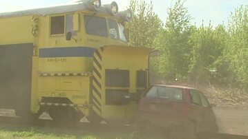 Nie zatrzymujesz się przed przejazdem kolejowym? Zobacz, co dzieje się z autem