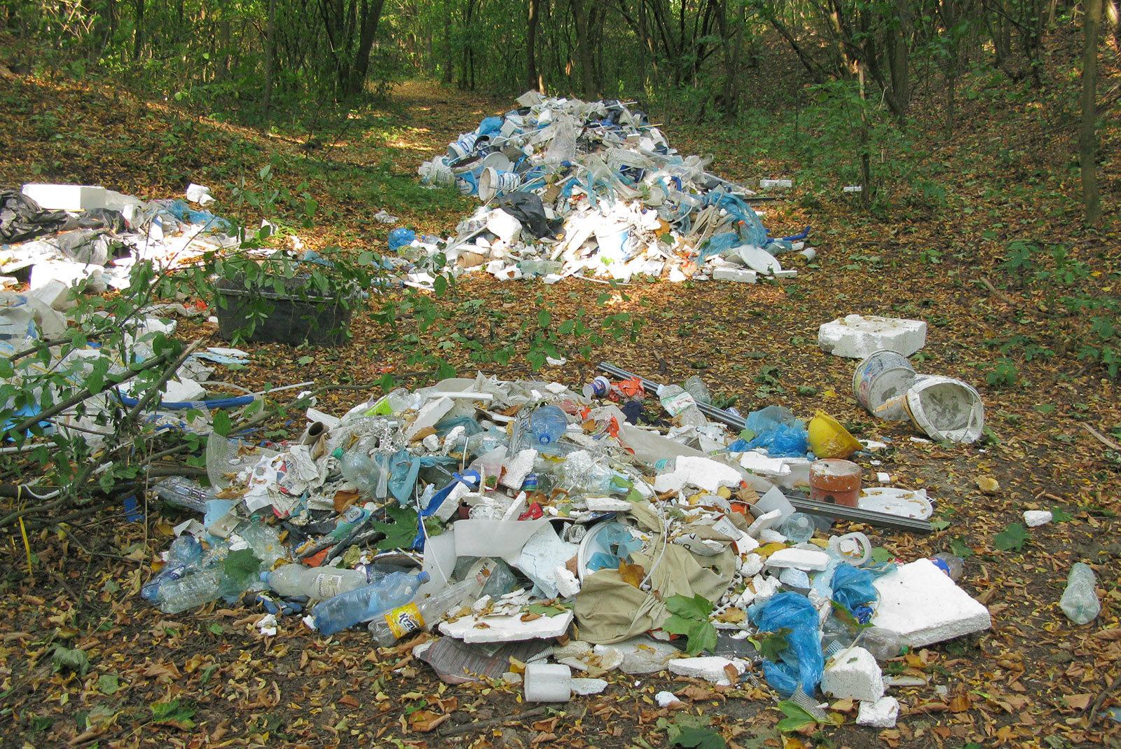 Nielegalne składowisko śmieci sfotografowane przez policję