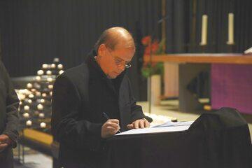 Niemcy wpisują się do księgi kondolencyjnej w kościele Pamięci Cesarza Wilhelma