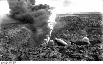Niemieccy żołnierze z miotaczem ognia typu Kleif na froncie zachodnim, 1917 r.