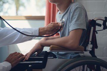 Niepełnosprawny chłopiec u lekarza