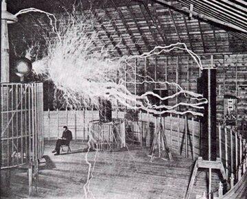 Nikola Tesla w swoim laboratorium w Colorado Springs