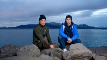 """Nikolaj Coster-Waldau i Joe Cole na zdjęciu promocyjnym filmu """"Against The Ice"""""""