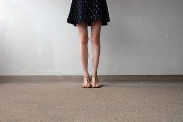 Nogi młodej dziewczyny (zdj. ilustracyjne)