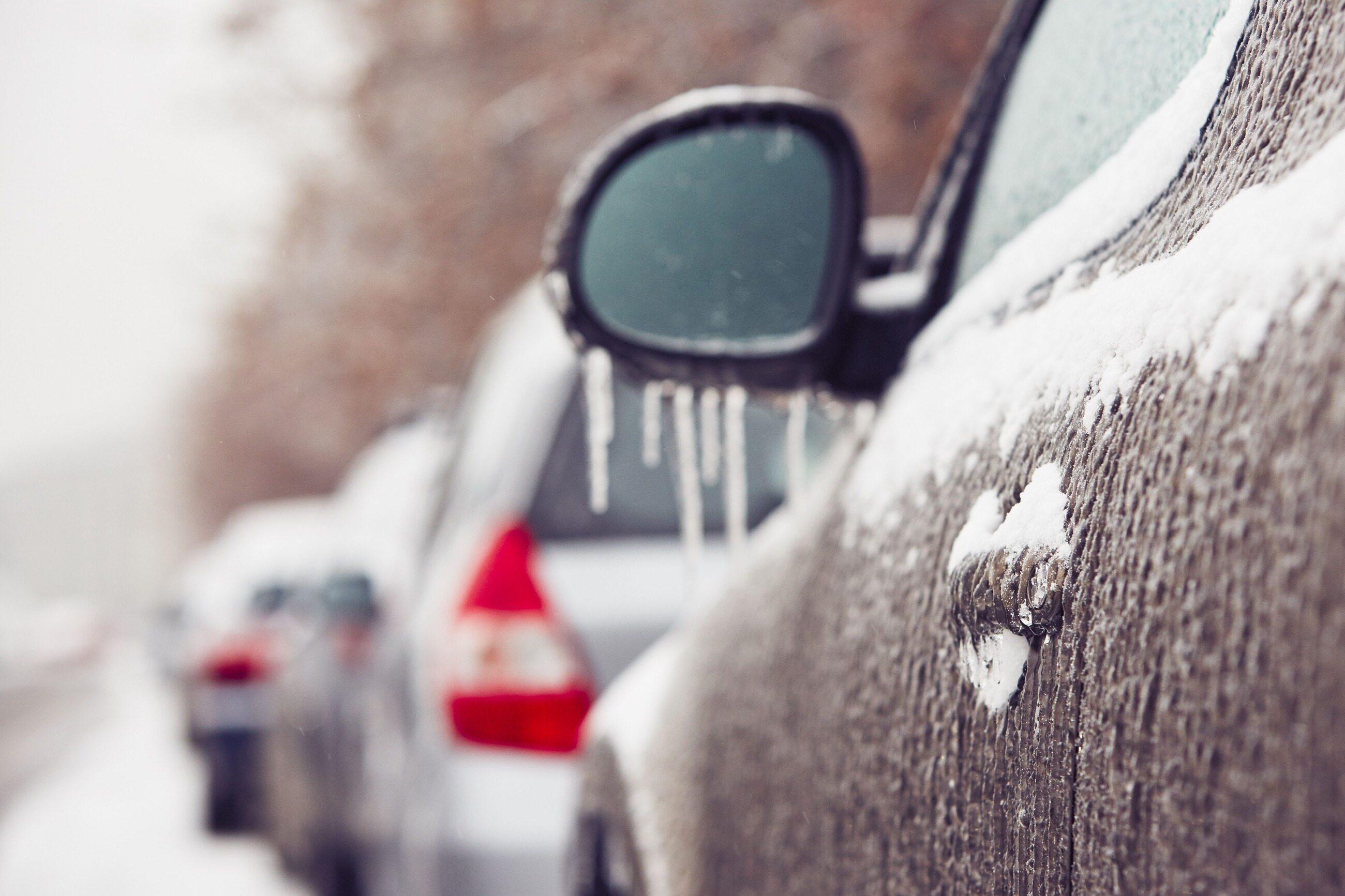 Oblodzony samochód, zdjęcie ilustracyjne