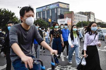 Obywatele wracają do pracy w Guangzhou w Chinach 26 marca 2020 roku