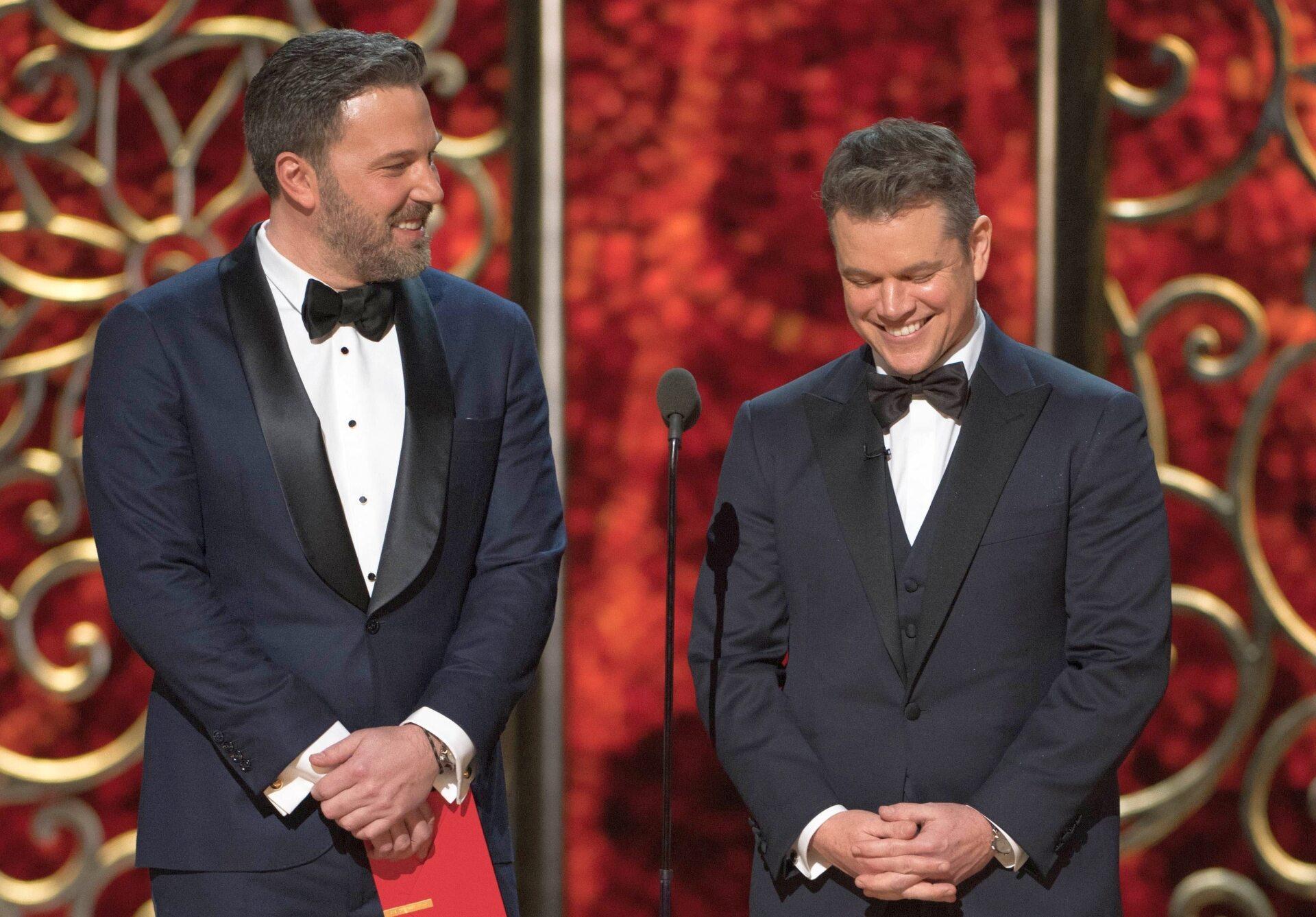 Od lewej: Ben Affleck i Matt Damon na 89. ceremonii rozdania Oscarów