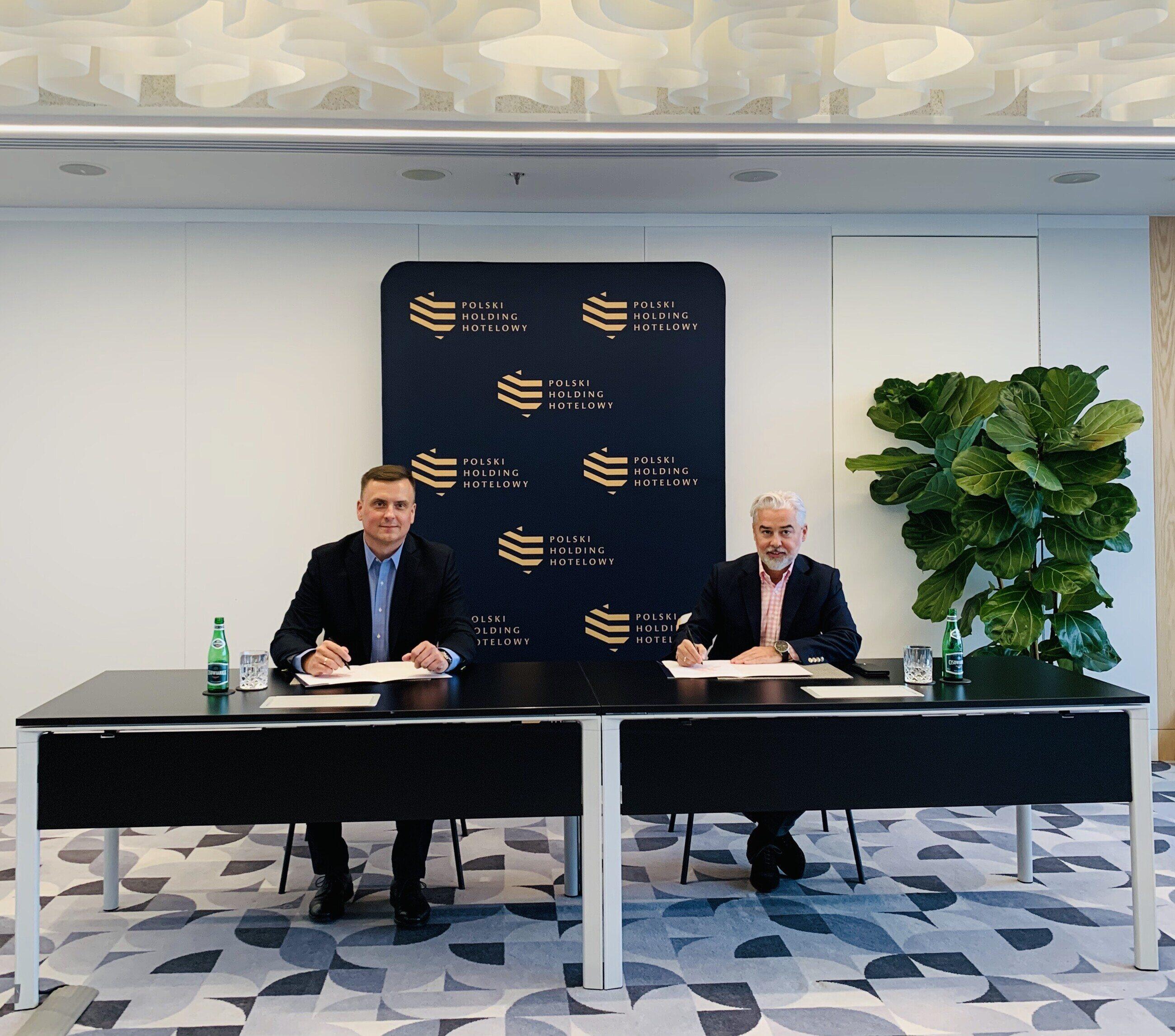 Od lewej: Janusz Mitulski, starszy dyrektor ds. rozwoju w regionie CEE i Ukrainy, Marriott International i Gheorghe Marian Cristescu, prezes Grupy Kapitałowej Polskiego Holdingu Hotelowego