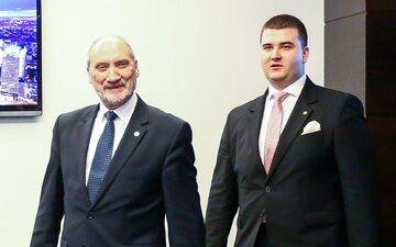 Od lewej: Minister Obrony Narodowej Antoni Macierewicz i rzecznik MON Bartłomiej Misiewicz
