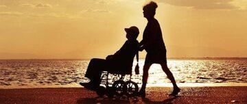 Odpoczynek starszej osoby nad morzem