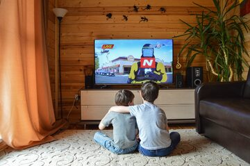 Oglądanie telewizji, zdj. ilustracyjne
