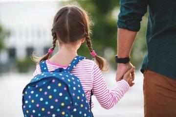 Ojciec odprowadza córkę do szkoły