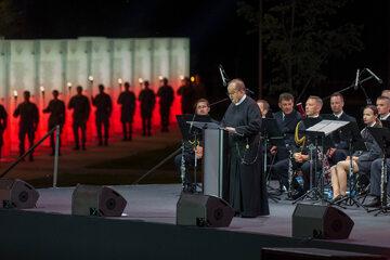 Ojciec Tadeusz Rydzyk w Parku Pamięci Narodowej w Toruniu