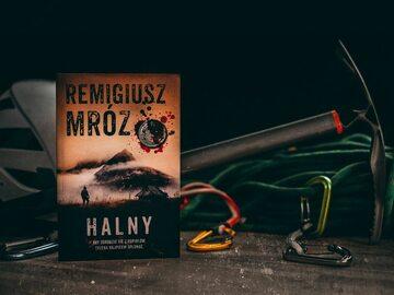"""Okładka książki """"Halny"""" Remigiusza Mroza"""