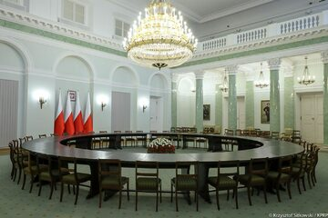 Okrągły stół wystawiony został w Sali Kolumnowej Pałacu Prezydenckiego