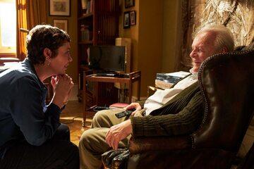 """Olivia Colman jako Anne, Anthony Hopkins jako Anthony w filmie """"Ojciec"""""""
