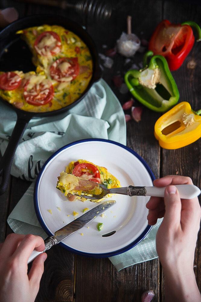 Omlet jajeczny z warzywami i serem feta