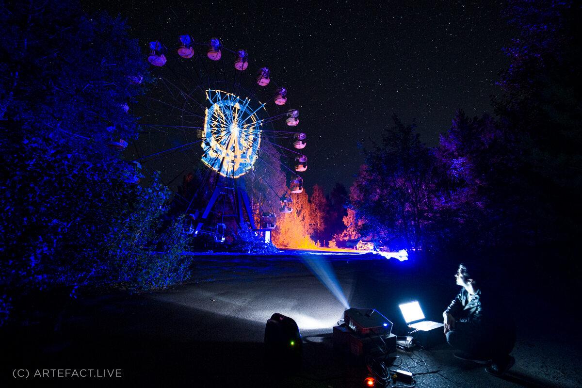 Oświetlenie karuzeli w Prypeci w ukraiński Dzień Flagi