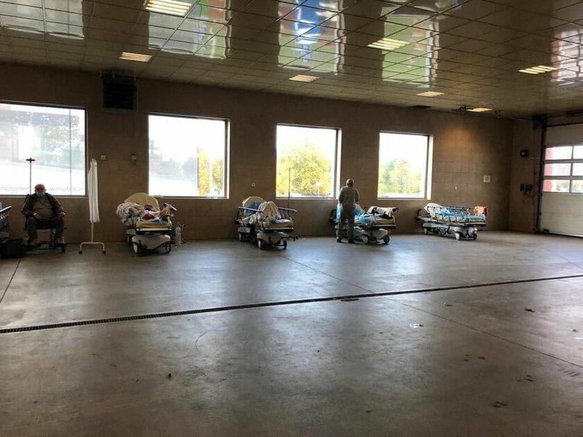 Pacjenci pod wiatą dla karetek w Szpitalu Wojewódzkim w Gorzowie Wlkp.