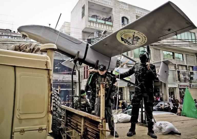 Palestyński dron Hamas prezentuje w Gazie, w czasie parady, swoje siły powietrzne